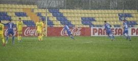 Pau Martínez, de l'FC Andorra, va celebrar sota una intensa pluja l'1 a 2 que va marcar amb un xut ras que va superar Filip.Foto: FC Andorra