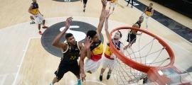 'Tyson' Pérez lluitant per un rebot amb 'Edy' Tavares, en el partit de la Fase Final. Foto: ACB Photo