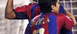 Javier Saviola abraçant Kluivert. Foto: Getty Images