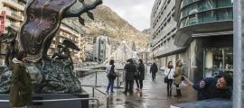Turistes fent-se fotografies davant de l'escultura de Dalí, a la plaça de la Rotonda.