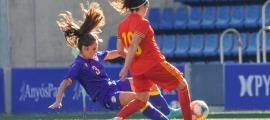 Maria Moles, que va patir una lesió, refusa una pilota davant de Mcgowan. Foto: @elcokedelasfotos