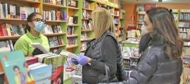 La llibreterea Pamela Méndez (Idees) diu que ahir va facturar entre el 60 i el 70% d'un Sant Jordi 'normal'.