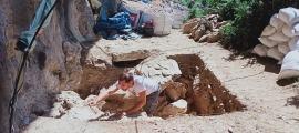 Ahir va ser l'últim dia d'excavació a la balma. El forat fa 3 per 3 metres i es cobrirà amb les nou tones de terra i roc –observin les tasques del fons– que se n'han extret en els 20 dies que ha durat la campanya.