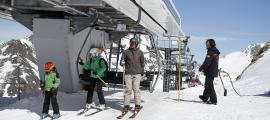 Treballadors en una de les estacions d'esquí del país.