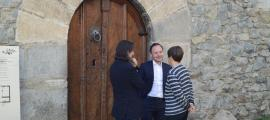 Espot conversa amb Riba i Suñé a la porta de la Casa de la Vall.