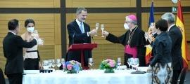 El rei i el copríncep brinden després del discurs de Felip VI abans del sopar que ha tancat la primera jornada de la visita oficial.