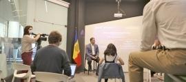 El ministre Gallardo, al fons, va presentar ahir els nous programes d'Actua Empresa.