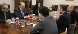 Un moment de la reunió entre el Govern i Terceravia per tractar del pacte d'Estat de salut, ahir.
