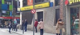 Cues davant de l'oficina de Correus a Andorra la Vella.