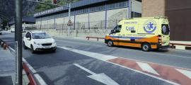 Equips d'emergències treballant en un accident de trànsit.