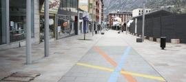 L'avinguda Carlemany, ahir, buida i amb els comerços tancats.