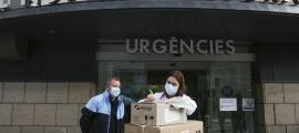 La cap del Servei de Farmàcia, Elvira Gea, rebent una remesa de vacunes.
