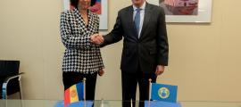 L'ambaixadora d'Andorra als Països Baixos, Esther Rabasa, amb el director general de l'OPAQ, Fernando Arias.