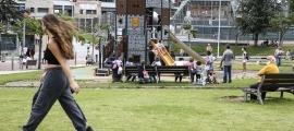 La zona de jocs infantils del parc del Prat del Roure ahir a la tarda.