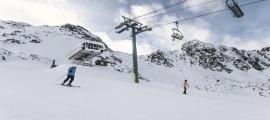 Un esquiador en una pista solitària.