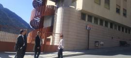 Tarrado, Pons i Suñé, ahir davant de la residència Solà d'Enclar.