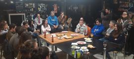 El cap de llista de Terceravia, al Bar del Centre en la reunió d'ahir amb els joves.