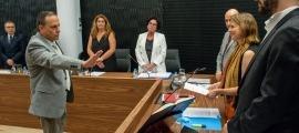 Un moment del consell de comú d'ahir en què va jurar el nou director de Circulació.