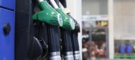 Imatge dels sortidors de carburant en una estació de servei.