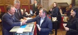 El cònsol Vila felicita premonitòriament el cap de llista de Terceravia, Josep Majoral, en el moment de dipositar el vot.