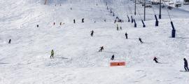 Esquiadors al Pas de la Casa, a l'inici de la temporada.