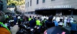 Els motoristes aplaudint els sanitaris davant de l'hospital.