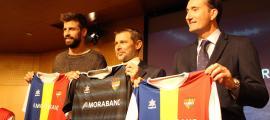 Gerard Piqué, fundador i president de Kosmos; Lluís Alsina, director general de MoraBanc, i Ferran Vilaseca, Kosmos Head of Division, amb la samarreta de l'FC Andorra.