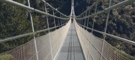Recreació de com ha de ser el pont tibetà que projecta el Comú.