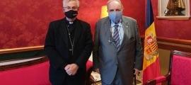 El copríncep episcopal, Joan-Enric Vives, amb el president del TC, Josep Delfí Guàrdia.