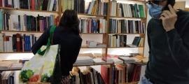 Oliver Vergés, en funcions de llibreter, es multiplica per atendre els clients que han anat aquets matí a la Puça i els que fan els encràrecs per telèfon, correu electrònic o Llibreeria Oberta