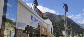 El centre comercial va obrir les portes l'agost del 1990.