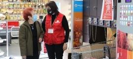 Una voluntària de la Creu Roja Andorrana amb una de les persones que ha donat una bossa d'aliments en una recapte anterior.