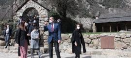Sortida de l'església de Santa Coloma, on la ministra Riva ha oficiat d'amfitriona.