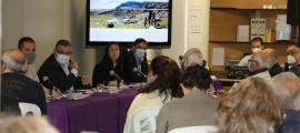 Un instant de la reunió celebrada aquesta tarda entre membres del Comú, empresaris i comerciants de la parròquia.