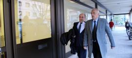 ANA/ Joan Samarra amb el seu advocat, Alfons Clavera, arribant a la Seu de la Justícia.