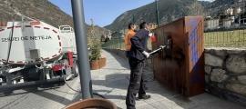 El servei de neteja comunal va començar ahir les tasques per eliminar les pintades.