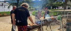 Cuiners participants a la trobada preparen xai a la brasa al parc del Cadí.