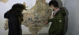 Arbués i Gascón examinen un fragment dels murals de Solanell.