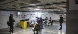 Personal de la Creu Roja atenent ciutadans que es fan tests a l''stop lab' de l'aparcament de Prat de la Creu.