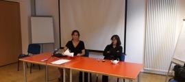 La presidenta d'Stop Violència, Vanessa Mendoza, a la dreta de la imatge, amb la seva advocada.