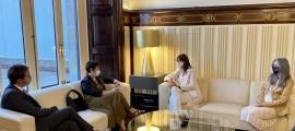 Un moment de la trobada de Roser Suñé i Laura Borràs a la cambra catalana.