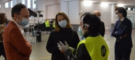 Xavier Espot i Rosa Gili parlant amb voluntaris de l'Stop Lab d'Escaldes-Engordany.