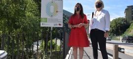 La cònsol menor de Sant Julià, Mireia Codina, i la consellera de Turisme i Esports, Diana Sánchez, a l'inici del recorregut del Tomb Saludable.