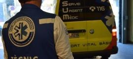 Un tècnic davant d'una ambulància.