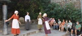 Inici de l'espectacle 'Turistes i Banyistes' a la plaça de l'Esbart Santa Anna a Escaldes-Engordany.