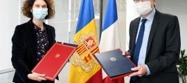 Maria Ubach i l'ambaixador de França a Andorra, Jean-Claude Tribolet, han signat avui l'acord.