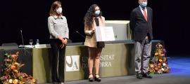 La ministra Viularruba i el rector de la UdA flanquegen una de les alumnes que va rebre ahir el diploma de graduada.