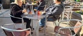 Des de dimarts, quan van reobrir els bars, a les terrasses només s'hi poden asseure dos clients per taula, com en aquesta del Sinquede, a la capital.