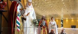 El rei Moro i la Dama Blanca, amb el cap de la colla gegantera, Jordi Díez, i el conseller Roig.