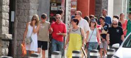 Un grup de turistes passegen per l'avinguda Meritxell de la capital.